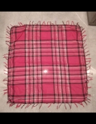 Różowa chusta szal w kratkę przeplatana srebrną nitką z frędzla...