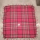 Różowa chusta szal w kratkę przeplatana srebrną nitką z frędzlami