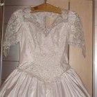 Śliczna suknia ślubna z trenem