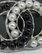 Srebrno czarna duża broszka cc perły styl chanel...