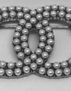 Elegancka broszka cc perły stare srebro styl chanel...