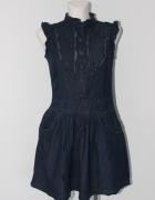 Rozkloszowana jeansowa sukienka zapinana na guziki...