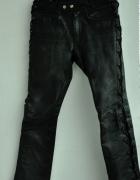 czarne skórzane spodnie z wiązaniami motor