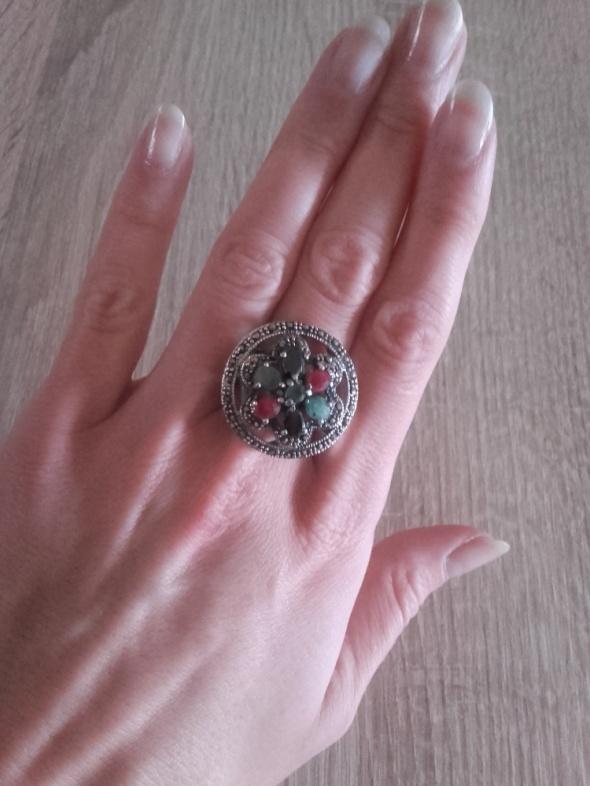 Wielki srebrny pierścień z kamieniami jak nowy