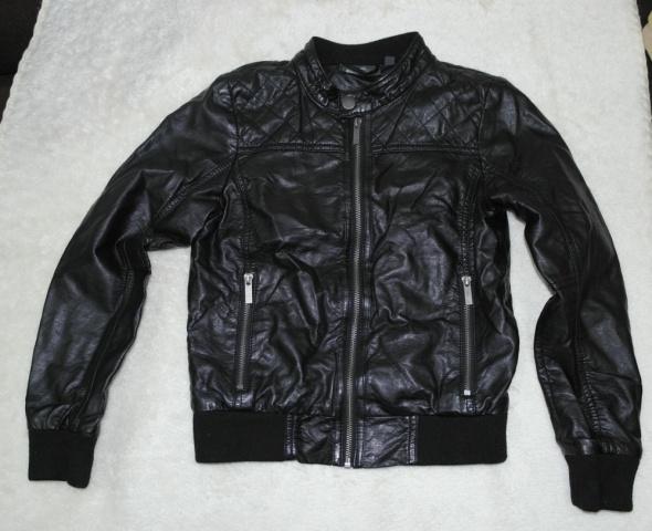 Czarna kurtka skóropodobna 140