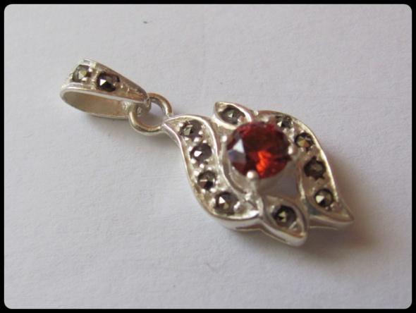 Wisiorek srebrny z rubinem i innymi kamieniami