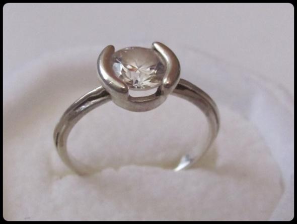 Śliczny srebrny pierścionek z dużą cyrkonią
