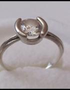 Śliczny srebrny pierścionek z dużą cyrkonią...