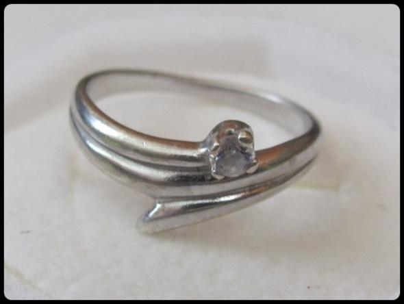 Srebrny pierścionek z oczkiem cyrkonią