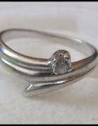 Srebrny pierścionek z oczkiem cyrkonią...