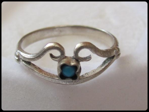 Śliczny pierścionek srebrny z turkusem