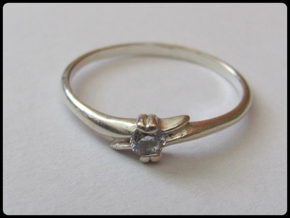 Srebrny skromny pierścionek z oczkiem