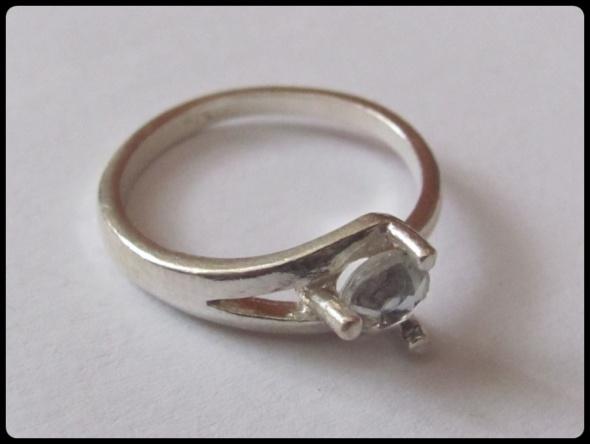 Srebrny pierścionek z cyrkonią próba 925