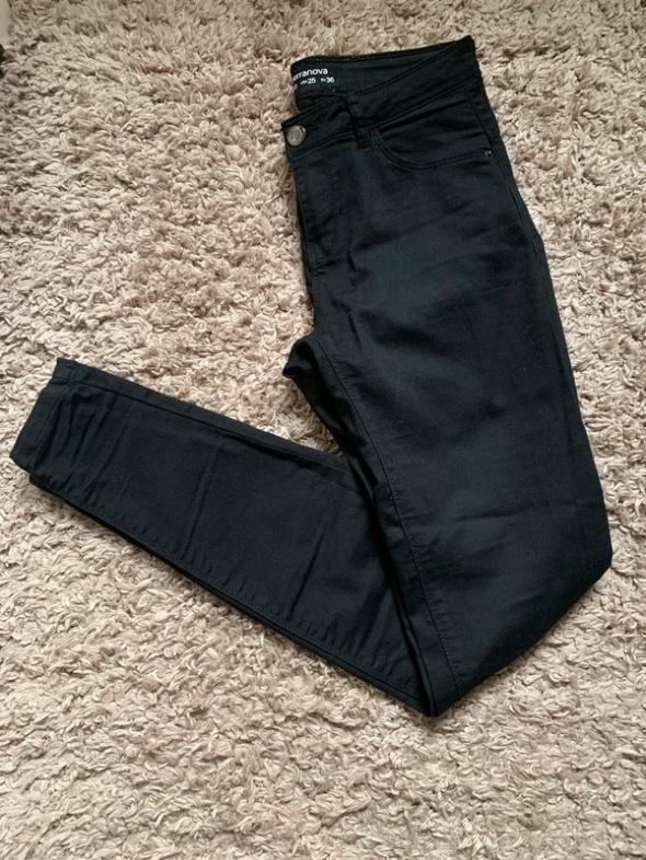 Czarne spodnie rurki jeansy...