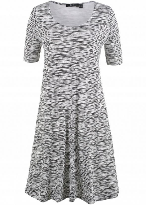 Czarno biała luźna sukienka w paseczki trapezowa