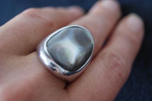 Duży srebrny pierścionek z masą perłową