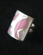 Srebrny pierścionek z różową emalią