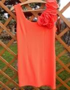 malinowa sukienka kwiaty na ramieniu M...