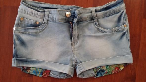 Spodenki Jeansowe spodenki w wywiniętymi kieszeniami
