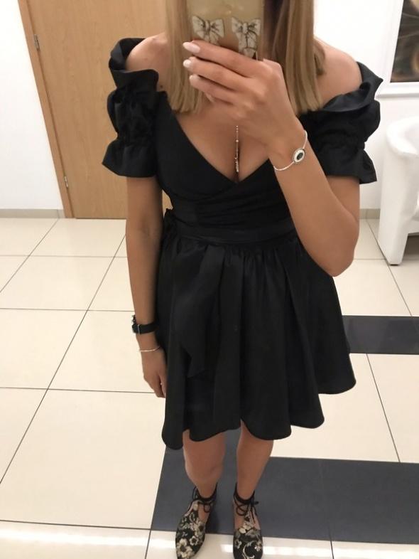 Lou Courtney sukienka czarna połyskująca odkryte ramiona Siwiec odilla