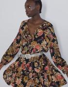 Zara czarna sukienka z kolorowymi kwiatami falbanki wiązana przy szyi
