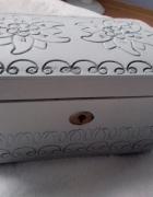 Szkatułka kuferek na biżuterię vintage drewniana biała bez kluczyka