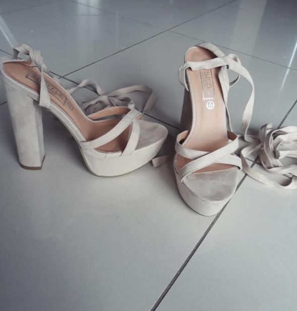Nowe Sandały na platformie wiązane Truffle Collection rozmiar 3...