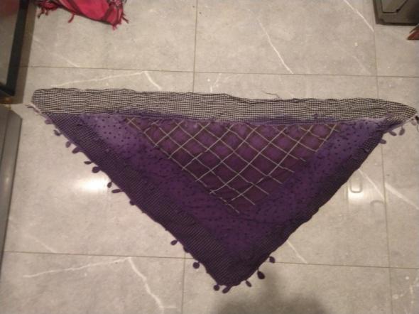 Fioletowa trójkątna chusta we wzory punk emo