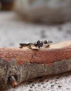 Srebrny pierścionek z granatową cyrkonią...