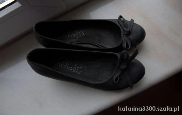 Czarne balerinki na koturnie