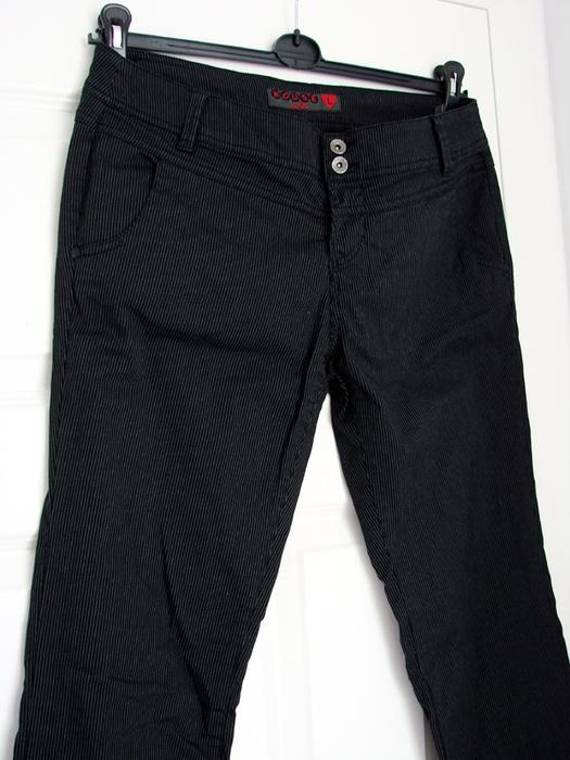 Proste czarne spodnie w prążki eleganckie