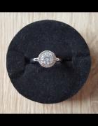 Nowy pierścionek prosty z cyrkonią w srebrnym kolorze srebrny...
