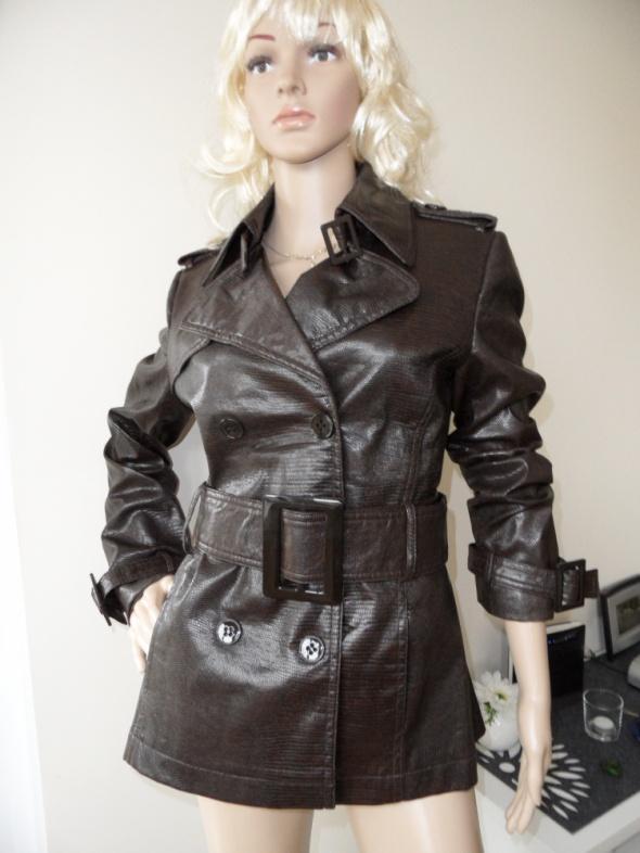 Brązowa kurtka marki Zara...