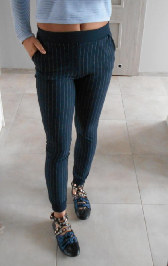 Spodnie CandA clockhouse granatowe dresowe spodnie paski
