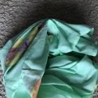Chusta ręcznie malowana zielona ze złotymi napisami pareo