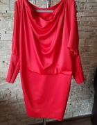 Czerwona sukienka ozdobiona cekinami...
