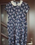 Sukienka w kwiatki z koronkowym kolnierzykiem