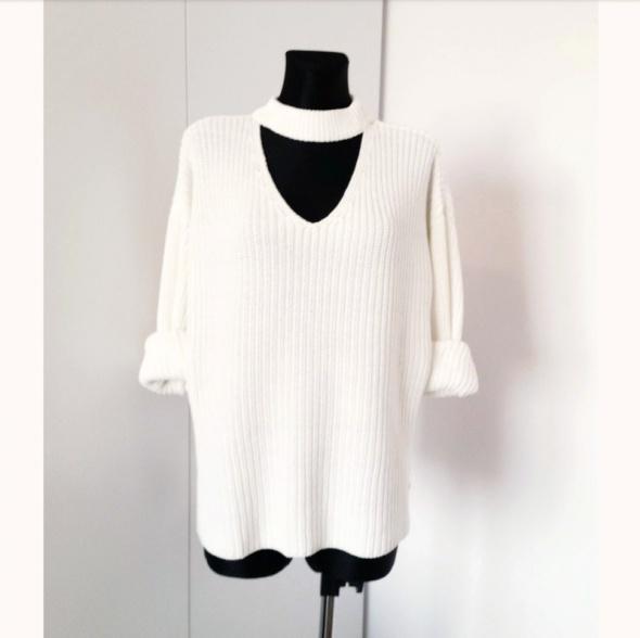 Biały sweterek oversize z chokerem Gina Tricot...