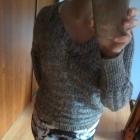 Sweterek ze złotą nitką róż S