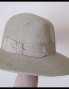 Zielonkawy kapelusz damski zdobiony tasiemką...