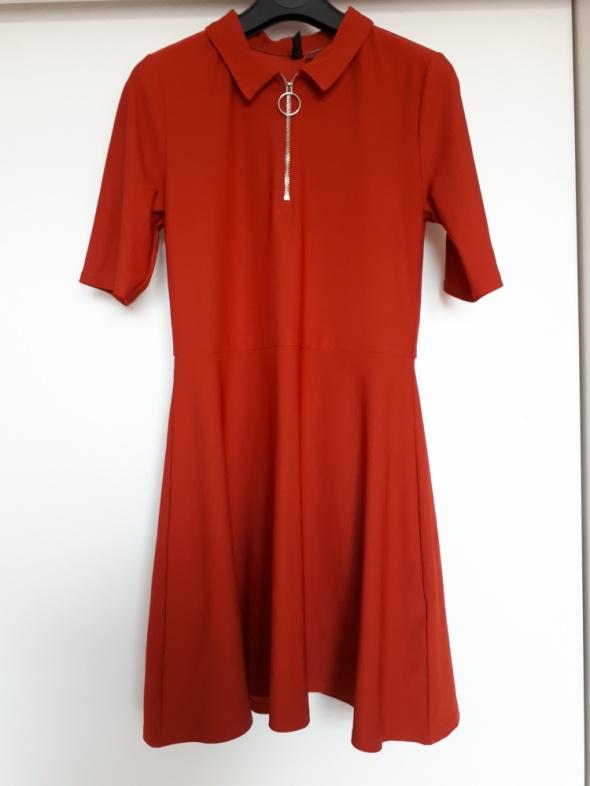 Czerwona sukienka z kołnierzykiem H&M...