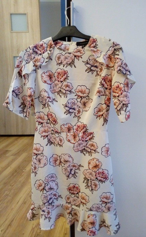 Delikatna sukienka w kwiaty...