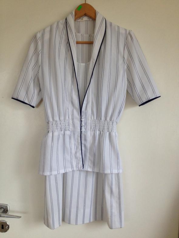 Garsonka zestaw sukienka żakiet biały paski granat