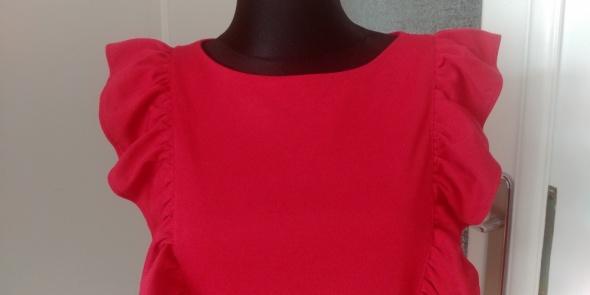 Malinowa sukienka z falbankami...