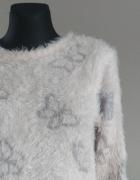 Włochaty jasnoróżowy sweterek w motylki...