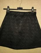 Czarna tłoczona trapezowa spódnica na gumce 34 A