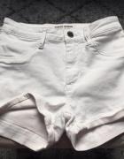 białe krótkie spodenki...