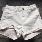 białe krótkie spodenki
