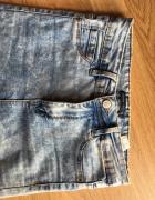 Dopasowane jeansy z bardzo wysokim stanem...