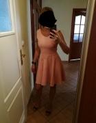 Brzoskwiniowa łososiowa sukienka koronka rozkloszowana